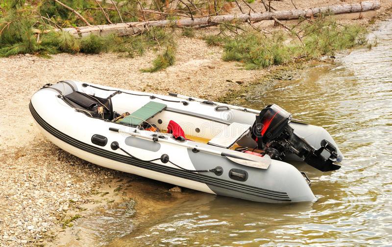 bateau gonflable mer a moteur