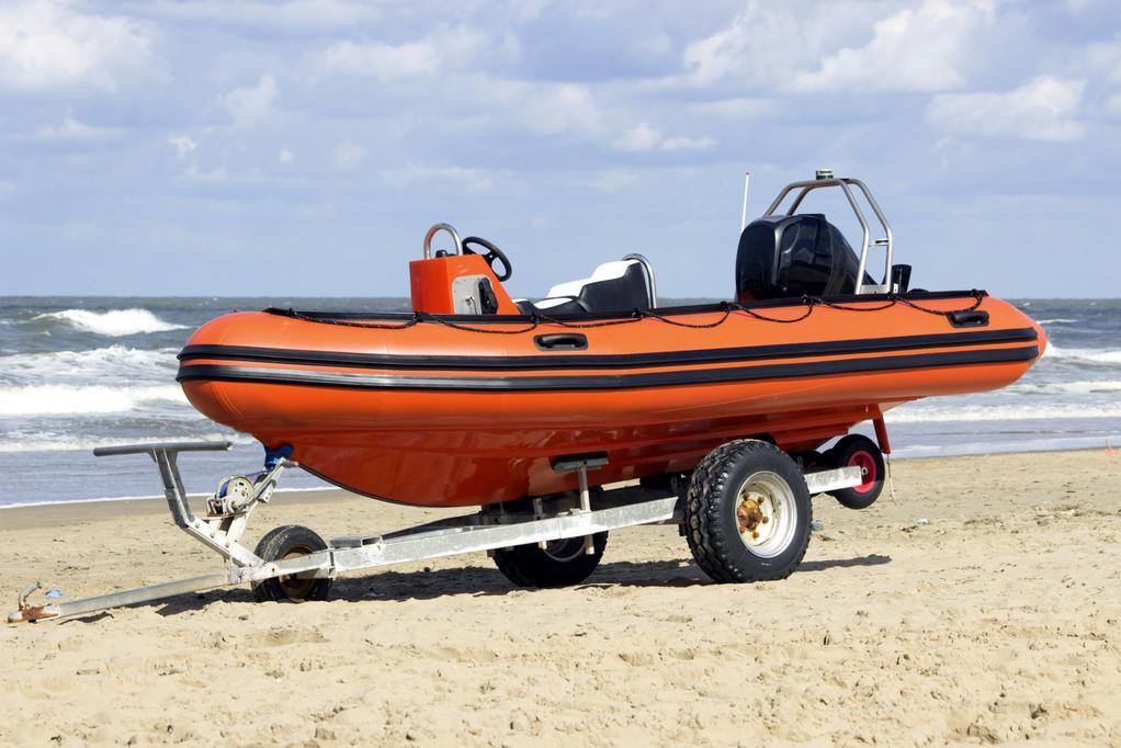 bateau gonflable sur la mer