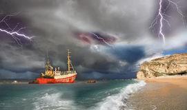 bateau peche tempete