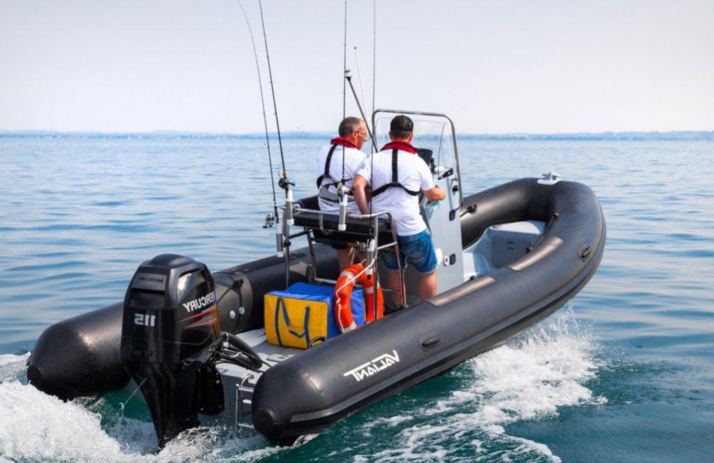 bateau pneumatique en mer