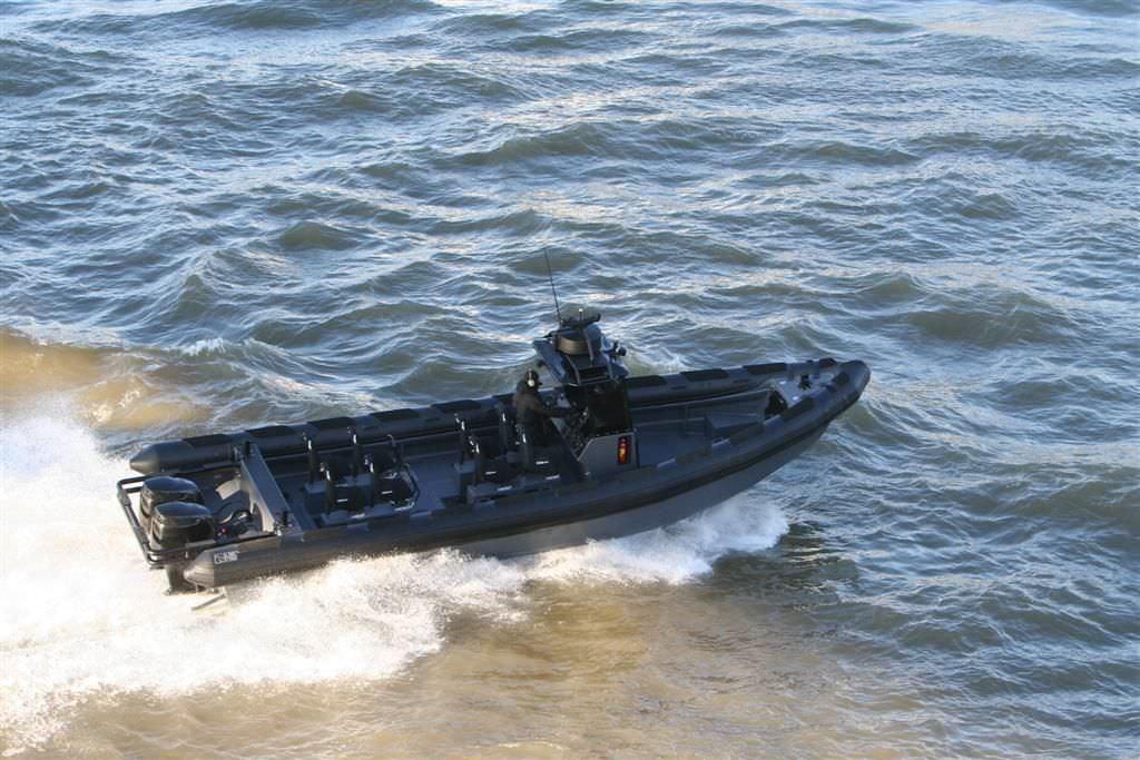 bateau pneumatique quadrimoteur