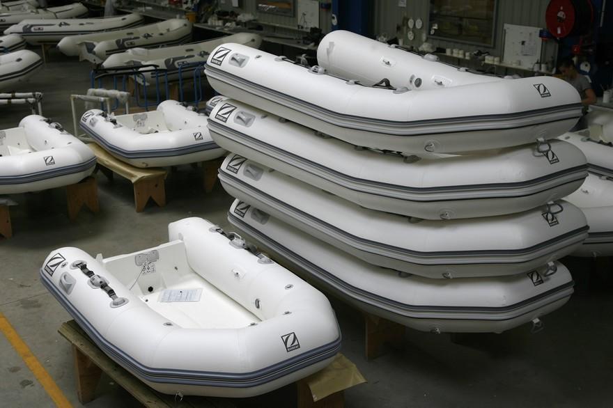 bateau pneumatique voiture
